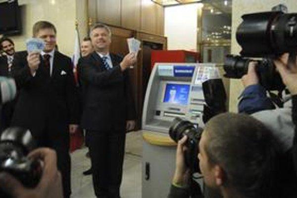 Premiér Fico a guvernér NBS Ivan Šramko pri polnočnom výbere eurobankoviek.