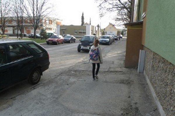 Niektoré chodníky sú po rozkopávkach plné jám a nerovností.