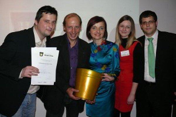 Katarína Macháčková (v strede) prebrala ocenenie pre Prievidzu.