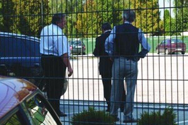 Ignác Ilčišin (vľavo) a ďalších šesť ľudí je obvinených z podvodu pri nadobúdaní akcií Transpetrolu.