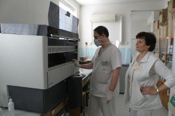 Vyšetrenie krvi robia v bojnickej nemocnici na moderných prístrojoch.
