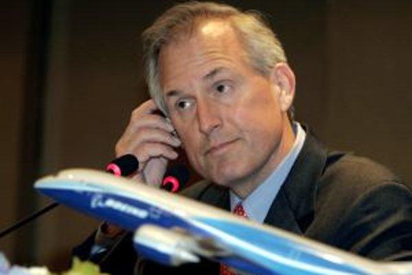 Výkonný riaditeľ americkej spoločnosti Boeing Jim McNerney a v popredí model B787 Dreamliner.