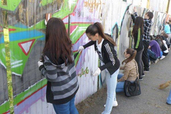 Študenti plot vyčistili a namaľovali základnou farbou.