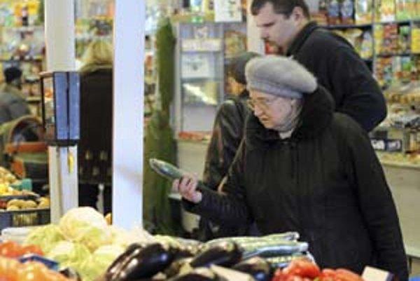 Ak budú ceny tovarov v korunách a eurách vypísané na jednej tabuli, a nie pri každom produkte zvlášť , dôchodcov to vraj môže pomýliť.