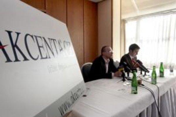 Riaditeľ spoločnosti Jiří Macek a hovorca spoločnosti Juraj Martin počas tlačovej besedy.