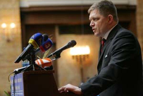 Premiér Robert Fico včera povedal, že ľudí treba zbaviť takzvaného eurostrachu. Spoločná európska mena podľa neho prinesie pre Slovensko viac výhod ako negatív.