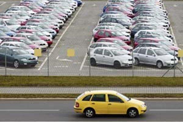 Autá s naftovým motorom sú populárnejšie pre nižšiu spotrebu a dlhšiu životnosť ako benzínové.