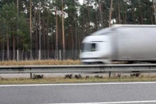 Národná diaľničná spoločnosť dnes oznámila, že o výber elektronického mýta má záujem osem spoločností.