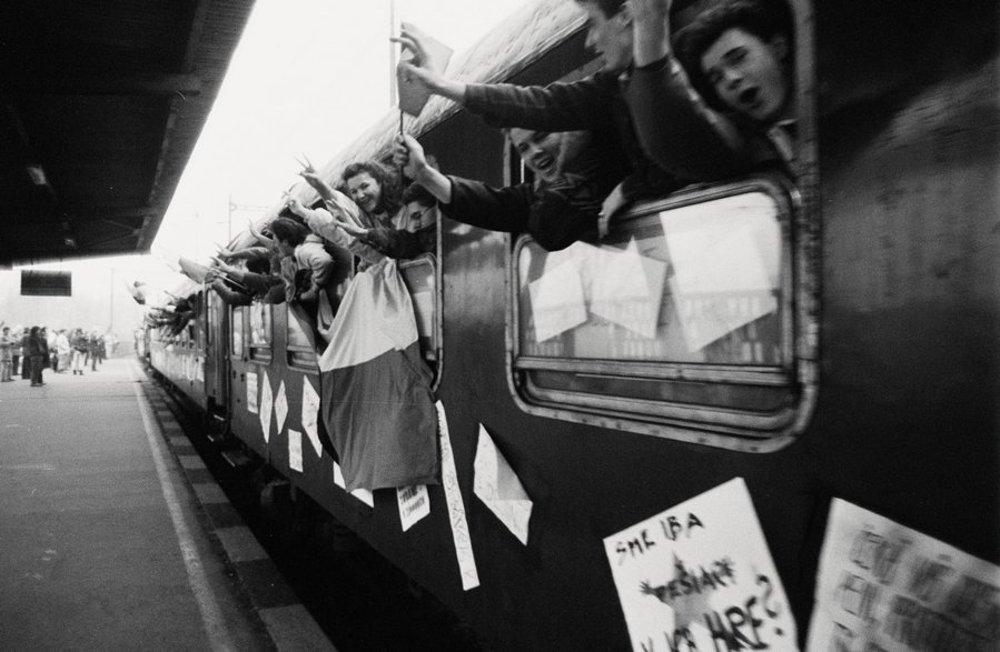 Vlak nežnej revolúcie - mimoriadny študentský vlak vypravili 6. decembra 1989 z Bratislavy cez Žilinu do Košíc. Viezlo sa v ňom asi 1000 vysokoškolákov, členovia Radošinského naivného divadla, herci a pod. Postupne vo väčších mestách vystupovali asi 20 - členné skupinky, ktoré sa zúčastnili na miestnych mítingoch. V Bratislave 6. decembra 1989.