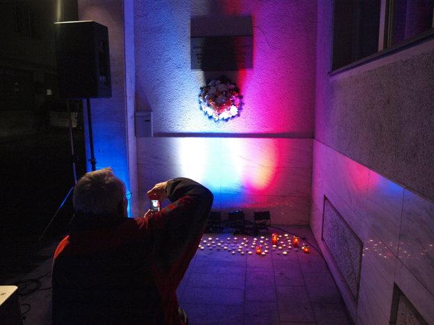 Zapálením sviečok si ľudia mohli uctiť aj obete z Paríža.