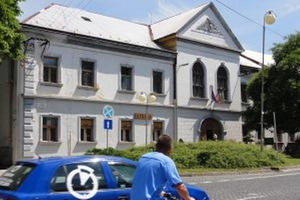 Najväčší Župný dom na Slovensku bude chátrať naďalej.