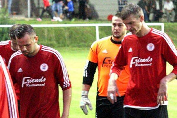 Alekšince vyhrali v Močenku 1:0. Na snímke T. Glenda, M. Kuna a L. Mokošák.