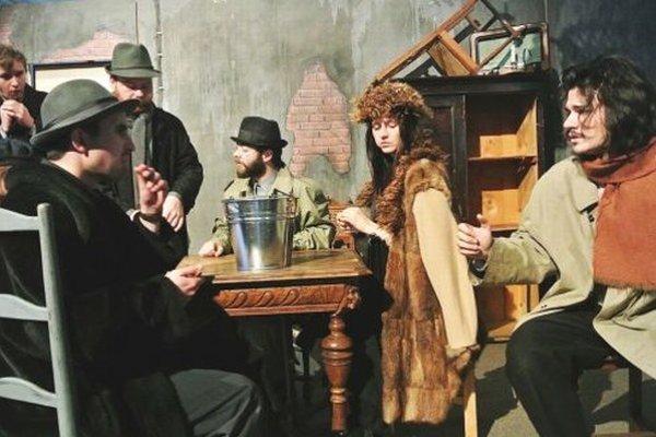 Záber z predstavenia Kým kohút nezaspieva, ktoré pre školy uviedli v nitrianskej synagóge.