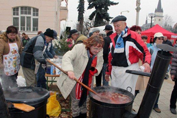 Vianočnú kapustnicu v Nirianskom Pravne varilo osem starostov a starostiek.