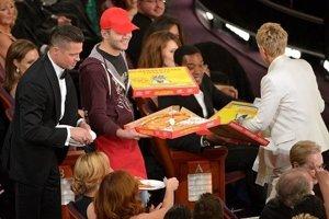 Moderátorka Ellen DeGeneres preberá pizu od poslíčka počas galavečera.