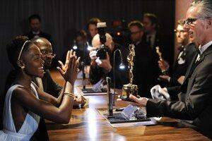 Lupita Nyong čaká na vyrytie svojho mena na sošku Oscara, ktorú získala.