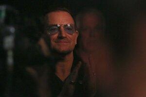 Bono, spevák skupiny U2 sledoval odovzdávanie Oscarov zo zákulisia.