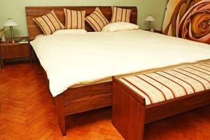 Prírodné drevo je najvhodnejší materiál na tvorbu spálňového nábytku vzhľadom na jeho pozitívne psycho-estetické pôsobenie na človeka. Okrem toho má vynikajúce vlastnosti pre zdravú mikroklímu. Postel je z masívneho buka s prírodnou povrchovou úpravou olejom, vyrobená na mieru. Dizajn: Veronika Kotradyová