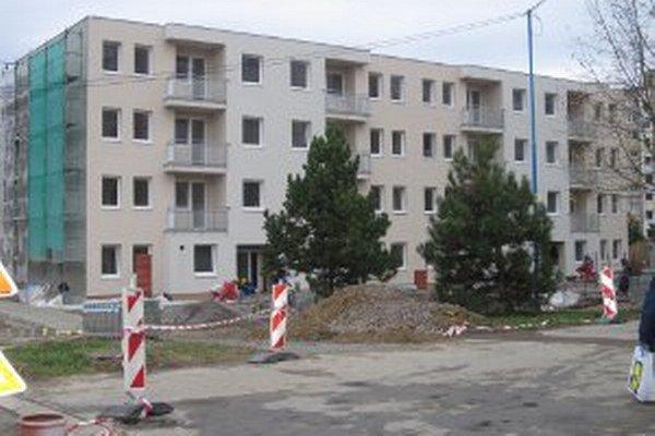 Výstavba prvej bytovky na Gazdovskej ulici vrcholí.