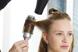 Vyfénované vlasy si treba oddeliť na tri časti – dve po bokoch pri ušiach a zvyšnú na temene hlavy.