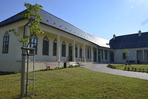 Obnovená kúria je dnes pýchou obce.