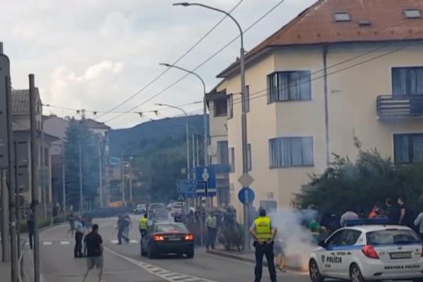 Bitka fanúšikov v uliciach Žiliny.