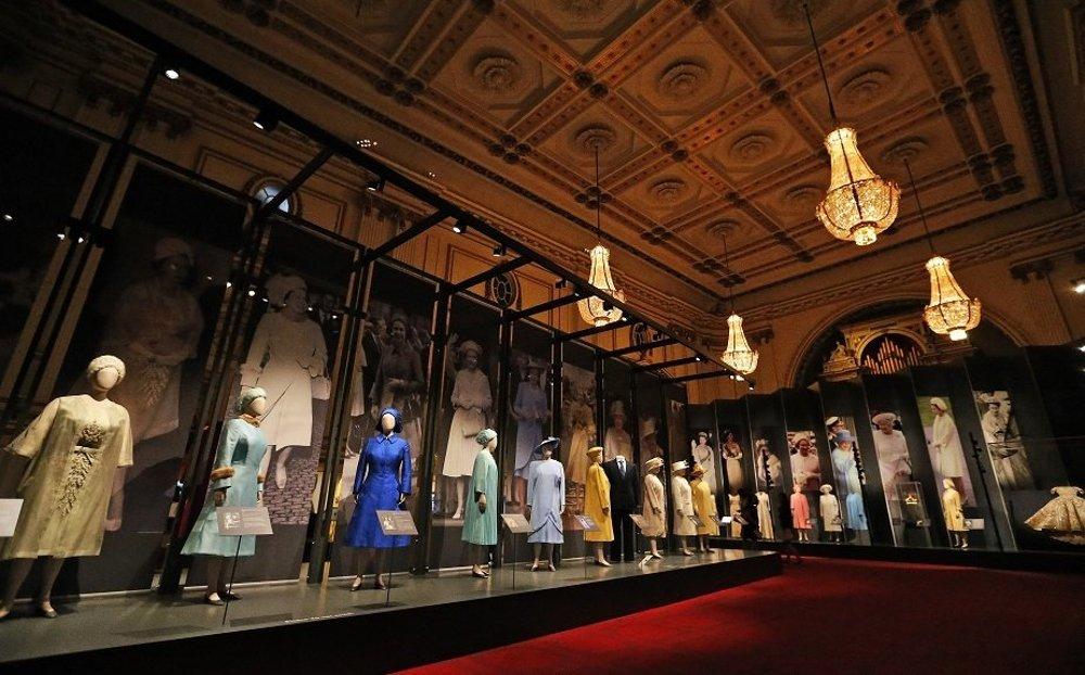 Výstava kráľovninej garderóby.