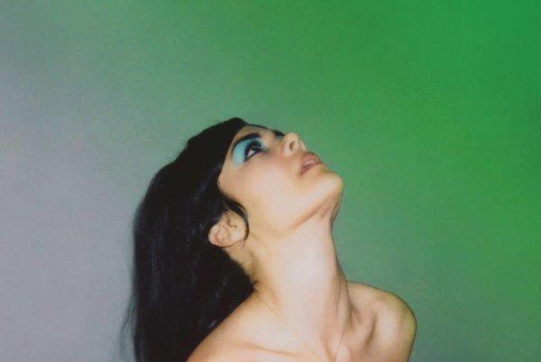 Natascha Khanová na novinke Bat for Lashes spieva o tom, že ani svadobné šaty vás nemusia urobiť šťastnými.