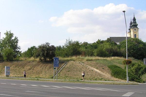 Svah oproti súdu, pod ním je Štúrova ulica, vpravo zboku ho lemuje Piaristická ulica.
