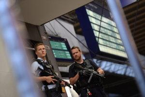 Polícii sa nedarí osamelých útočníkov odhaliť.