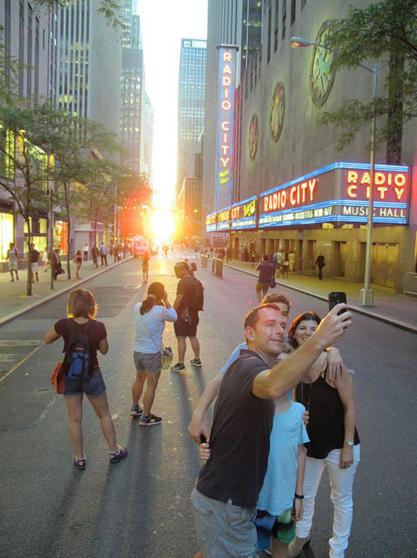 Manhattanhenge je dobrá príležitosť aj na selfie.