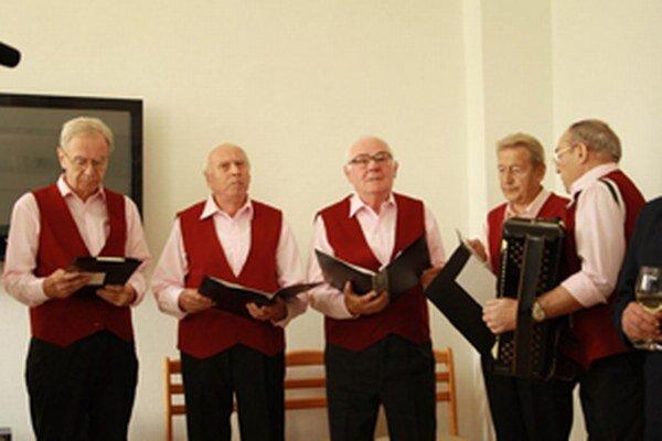 Spevácka skupina Jas spestrila vystúpením otvorenie centra.