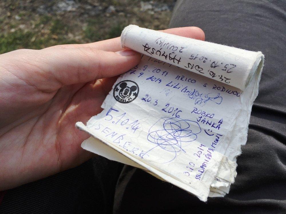 V každej skrýši je zápisník, do ktorého sa zapisujú ľudia, ktorí ju našli.