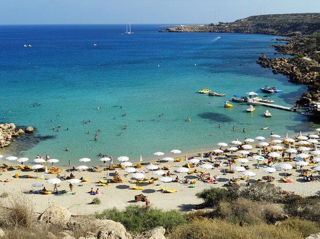 Pláž Konnos v zálive Protaras na Cypre.