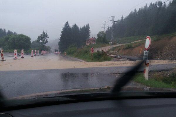 Búrka dnes znepríjemnila jazdu vodičom aj na Kysuciach.