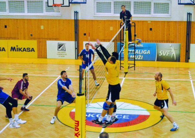 Volejbalisti Nitry (v modrom) vyhrali v Košiciach 3:2.