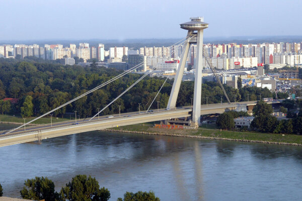 Mladík chcel skočiť z Mosta SNP v Bratislave.