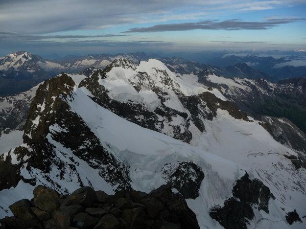 Pohľad z vrcholu.  Vidno aj Eiger či Jungfrau. Aj Monte Rosu.