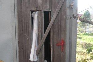 Po vandaloch zostali zničené dvere, okná i steny.