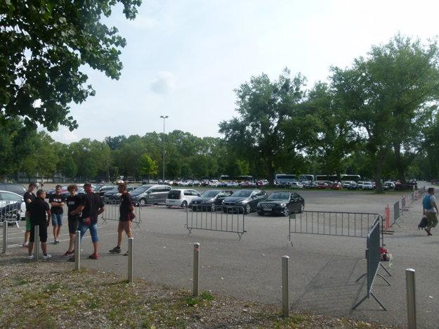 V pozadí parkovisko pre fanúšikov hostí - štyri hodiny pred výkopom.