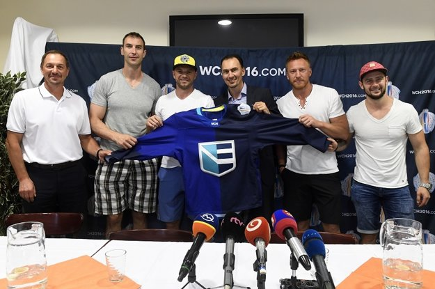 Zľava Peter Bondra, Zdeno Chára, Marián Gáborík, Miroslav Šatan, Marián Hossa a Tomáš Tatar držia dres tímu Európy.