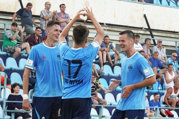 O najkrajší moment zápasu sa postaral 19-ročný Andrej Fábry (ukazuje srdiečko na tribúnu), ktorý ľavačkou krásne zakrútil priamy kop. Tešia sa s ním Filip Balaj a Marcel Oravec.