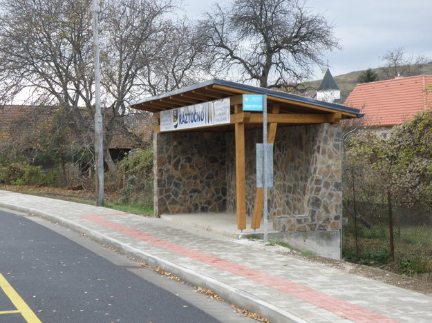 Nové murované zastávky v Ráztočne sa ľuďom páčia.