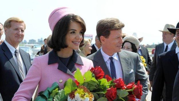 Katie Holmes ako Jackie Kennedyová v seriáli Kennedyovci (2011).