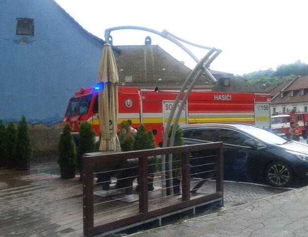 Na pomoc prišli aj profesionálni hasiči zo Žiaru.