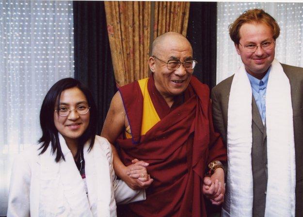 Csaba Kiss s manželkou Suzanne počas prvej návštevy tibetského dalajlámu na Slovensku v roku 2000.