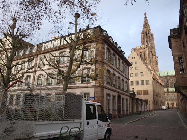 Najznámejšou pamiatkou je Katedrála Notre- Dame v centre mesta.