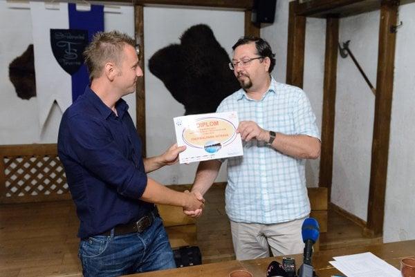 Riaditeľ Agentúry EPS Daniel Balko (vpravo) odovzdáva ocenenie zástupcovi Thermalparku Nitrava v Poľnom Kesove Kristianovi Maťkovi (vľavo)