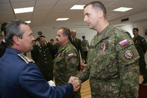 Ján Brida (vpravo) získal za pôsobenie v Bosne ocenenie.