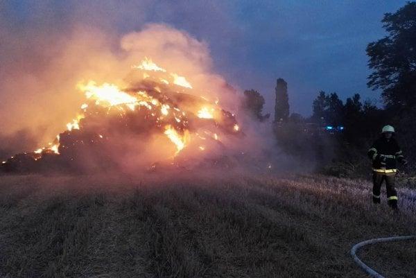 Hasiči likvidovali aj požiar stohu slamy.